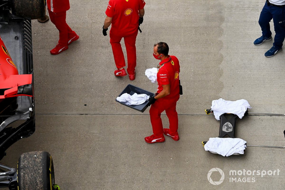 Mecánicos con el coche de Sebastian Vettel, Ferrari SF1000, tras la ruptura