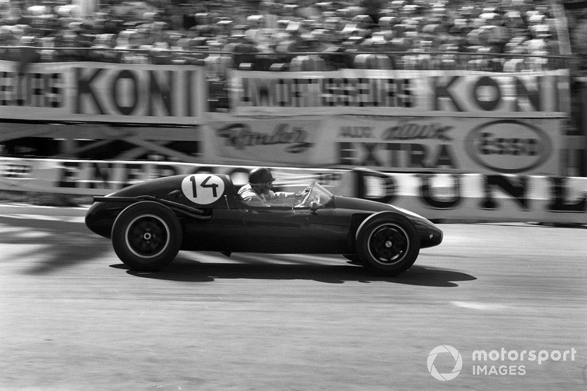 В том же 1957-м конструктор Джон Купер совершил революцию в Формуле 1, расположив мотор позади пилота – такая схема используется и поныне