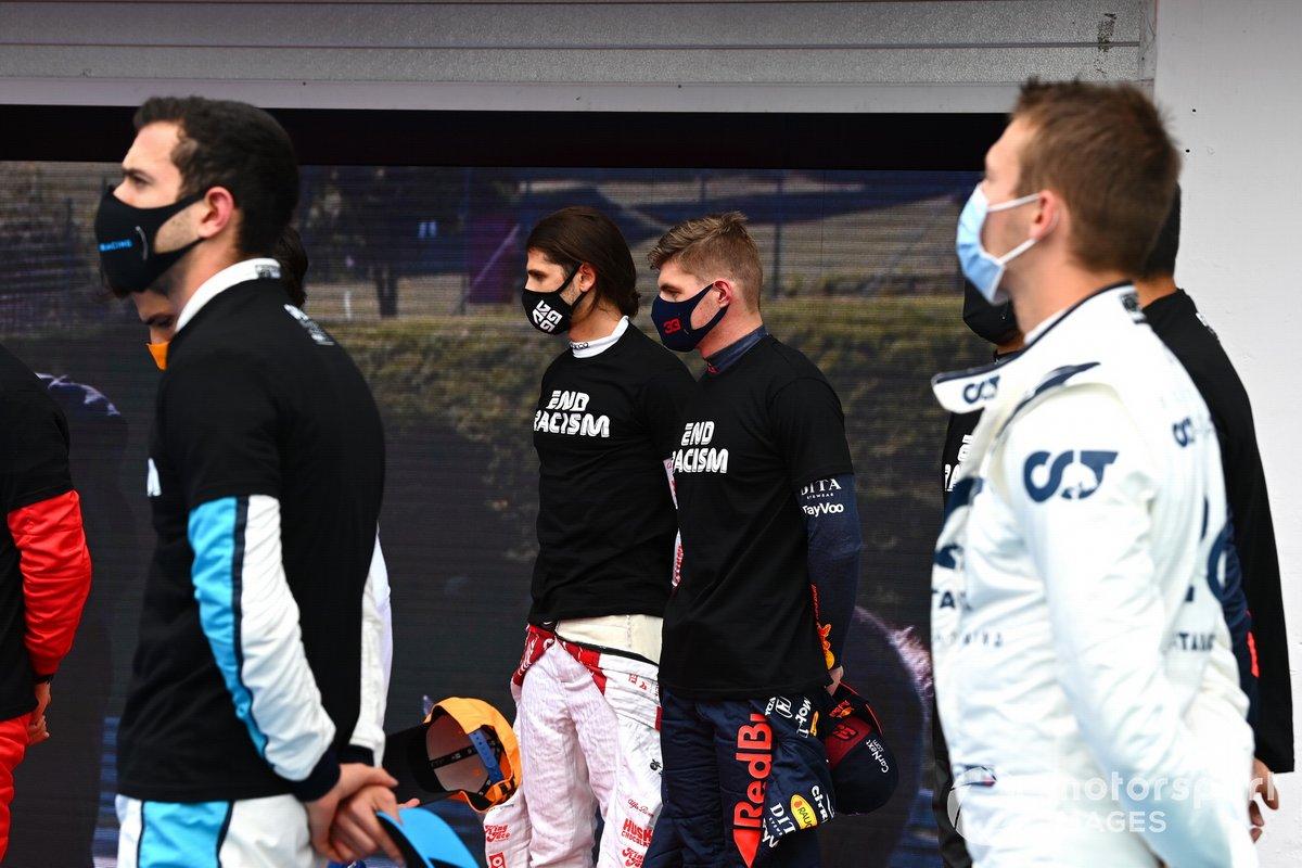 Antonio Giovinazzi, Alfa Romeo, Max Verstappen, Red Bull Racing, y los otros pilotos se reúnen alrededor de los trofeos antes del comienzo en apoyo de la campaña para el fin del racismo