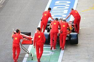 Механики Ferrari и Ferrari SF1000 Шарля Леклера