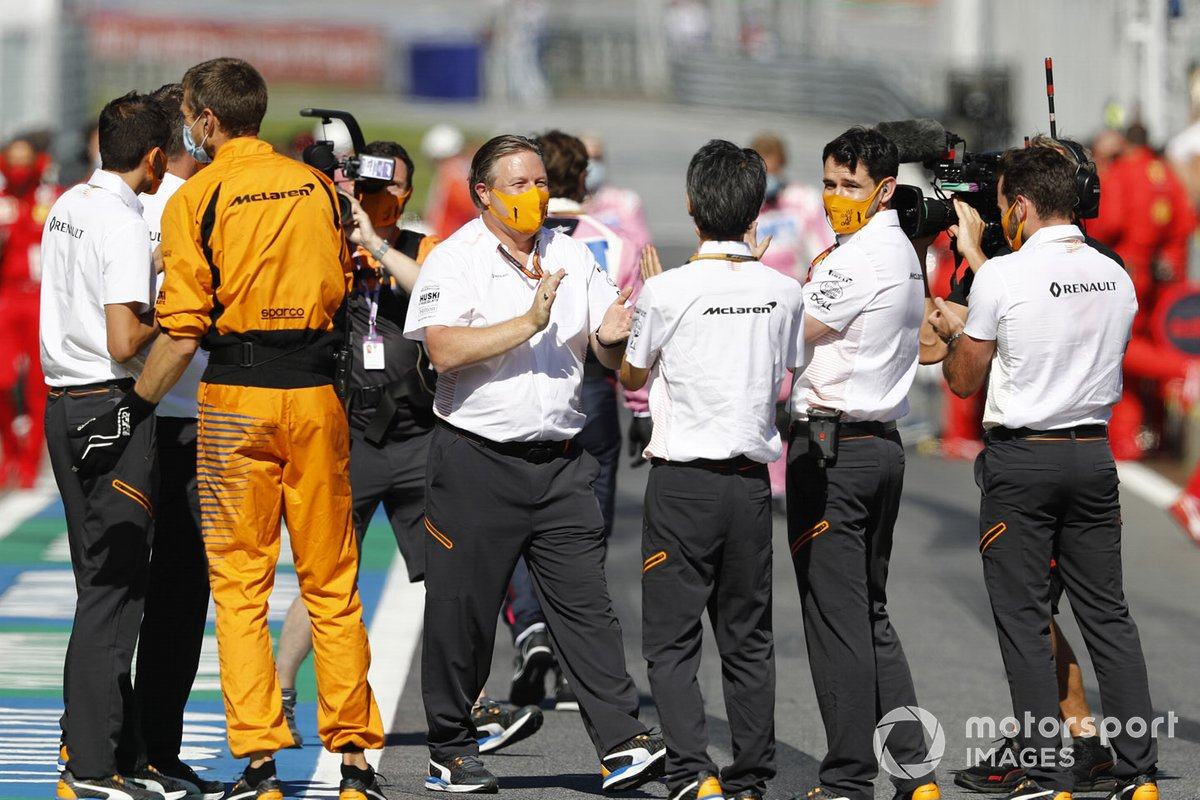 Zak Brown, Executive Director, McLaren, festeggia con il team