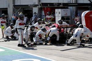 Antonio Giovinazzi, Alfa Romeo Racing C39, pit stop