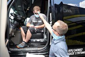 Un conducteur de camion se fait prendre la température