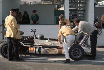 Pedro Rodriguez, B.R.M. P153, mechanics work on the car in the pit lane