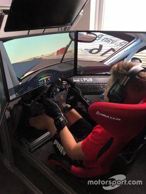 Руди ван Бюрен за рулем симулятора
