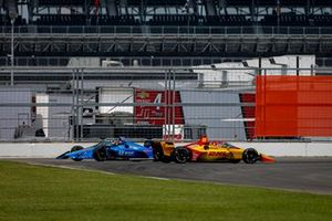 Ryan Hunter-Reay, Andretti Autosport Honda and Santino Ferrucci, Dale Coyne Racing with Vasser Sullivan Honda make contact