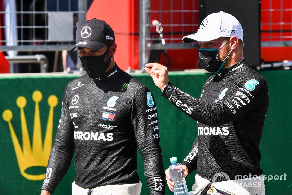 Il polacco Valtteri Bottas, Mercedes-AMG Petronas F1 e Lewis Hamilton, Mercedes-AMG Petronas F1 parlano in parc ferme