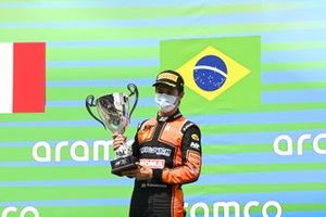 Race Winner Felipe Drugovich, MP Motorsport on the podium with the trophy