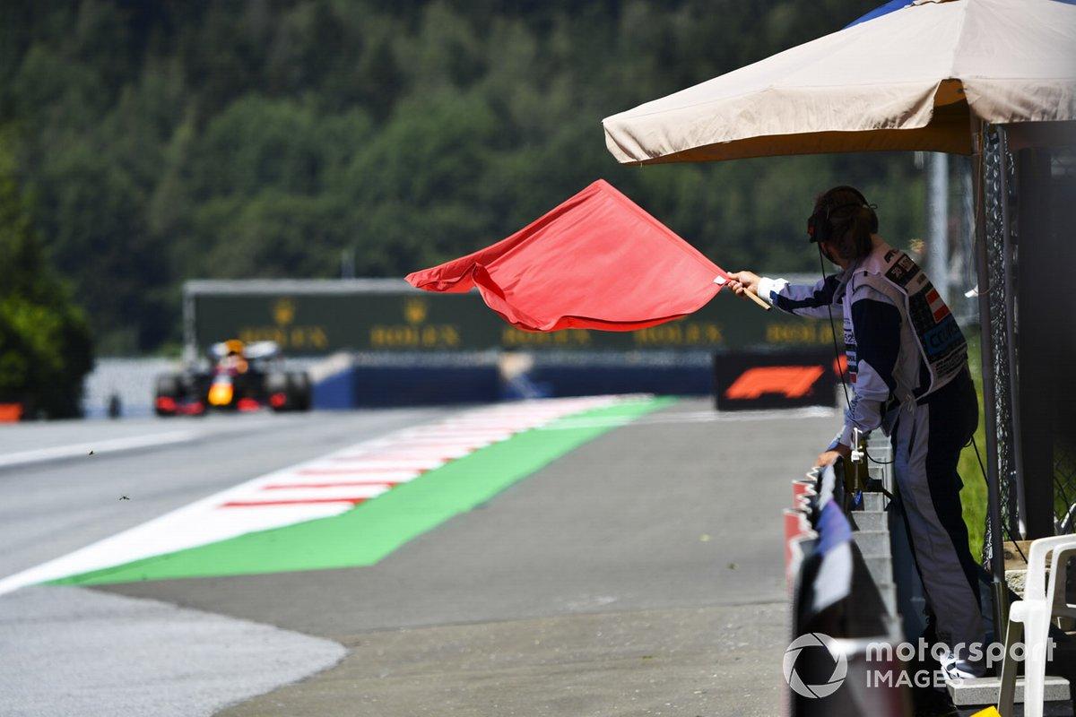 Marshall sventola una bandiera rossa mentre passa Max Verstappen, Red Bull Racing RB16