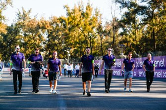 Sam Bird, Envision Virgin Racing, and Robin Frijns, Envision Virgin Racing on the track walk with the team