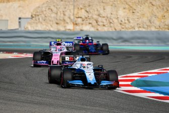 George Russell, Williams Racing FW42, mène devant Lance Stroll, Racing Point RP19, et Daniil Kvyat, Toro Rosso STR14