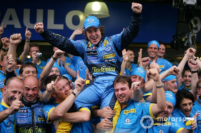 A partir de 2004, o GP do Brasil começou a ser realizado na parte final do calendário da F1, o que possibilitou a decisão de alguns títulos, como o bicampeonato de Fernando Alonso (2005 e 2006).