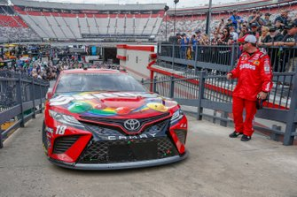 Kyle Busch, Joe Gibbs Racing, Toyota Camry Skittles pulling into victory lane