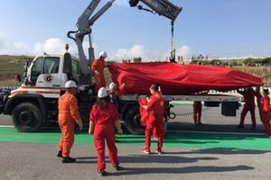 The Ferrari SF90 of Sebastian Vettel is recovered on a truck