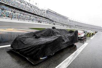 #10 Wayne Taylor Racing Cadillac DPi: Renger Van Der Zande, Jordan Taylor, Fernando Alonso, Kamui Kobayashi in pit lane, sotto alla pioggia