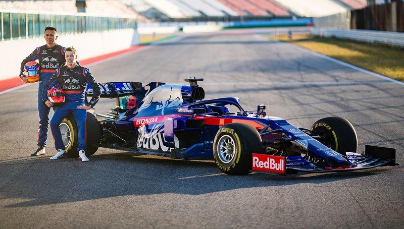 Гонщики Scuderia Toro Rosso Александр Элбон и Даниил Квят, автомобиль STR14