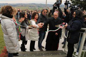 Kate Fretti, Rossella Simoncelli et Paolo Simoncelli coupent le ruban de l'inauguration de la Maison Marco Simoncelli