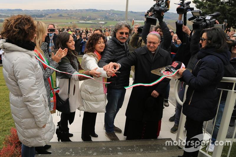 Kate Fretti, Rossella Simoncelli e Paolo Simoncelli tagliano il nastro all'inaugurazione di Casa Marco Simoncelli