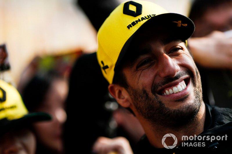 Daniel Ricciardo, Renault F1 Team takes a selfie with fans