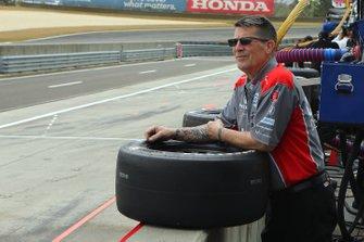 Andretti Autosport/Bryan Herta Autosport Honda crew member awaits the start of practice