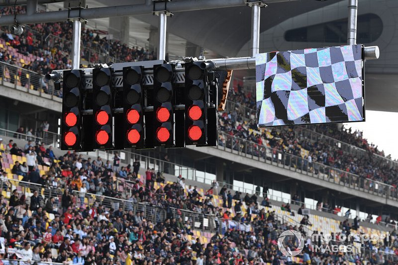 The lights and chequered flag display at the end of the session
