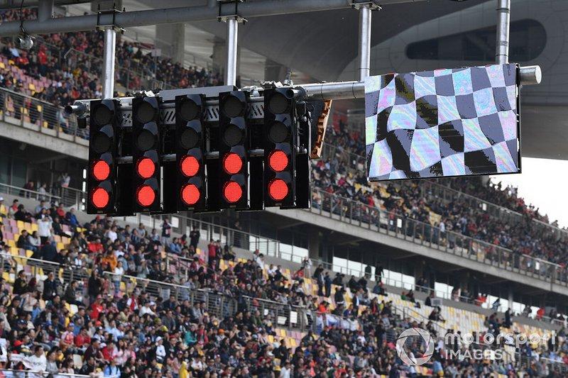 I semafori e la bandiera a scacchi segnalano la fine della gara