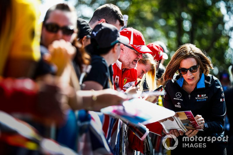 Claire Williams, Vice Team Principal, Williams Racing, firma autografi ai tifosi