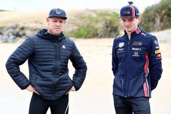 Max Verstappen, Red Bull Racing, discute avec la légende du surf Mick Fanning