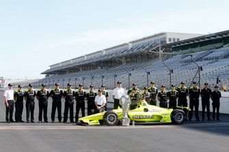 Simon Pagenaud, Team Penske Chevrolet poses with his crew for the winning driver photo shoot