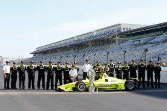 Simon Pagenaud, Team Penske Chevrolet in posa con il suo team per il photo shoot del pilota vincitore