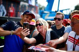 Alexander Albon, Toro Rosso prend un selfie avec une fan
