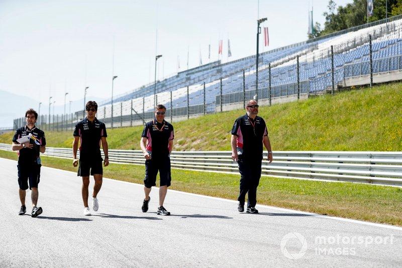 Lance Stroll, Racing Point cammina sulla pista con il suo team