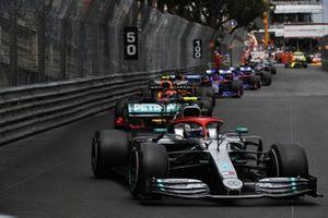 Valtteri Bottas, Mercedes AMG W10, voor Pierre Gasly, Red Bull Racing RB15, Carlos Sainz Jr., McLaren MCL34, en Daniil Kvyat, Toro Rosso STR14