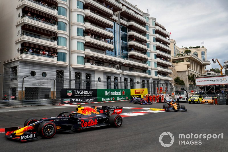 Pierre Gasly, Red Bull Racing RB15, Carlos Sainz Jr., McLaren MCL34, y Daniil Kvyat, Toro Rosso STR14