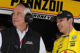 Helio Castroneves, Team Penske Chevrolet parle avec Roger Penske