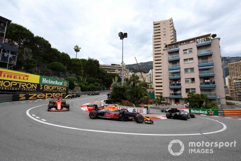 Valtteri Bottas, Mercedes AMG W10, precede Max Verstappen, Red Bull Racing RB15, e Sebastian Vettel, Ferrari SF90