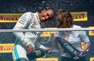 Lewis Hamilton, Mercedes AMG F1, prima posizione, spruzza Champagne sul podio