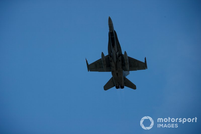 Un CF-18 Hornet pasa sobre el circuito