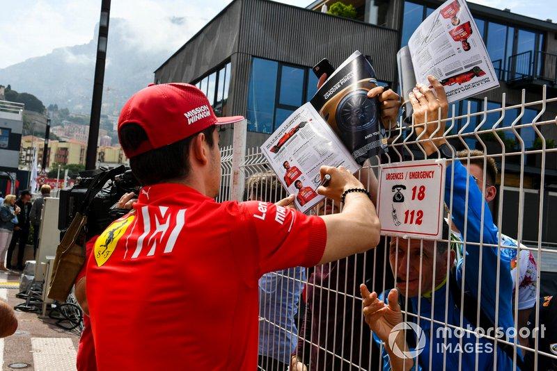 Charles Leclerc, Ferrari firma un autografo ad un fan