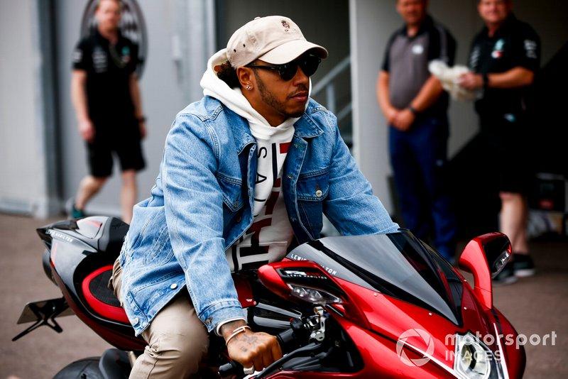 Lewis Hamilton, Mercedes AMG F1 chega aos boxes com sua moto