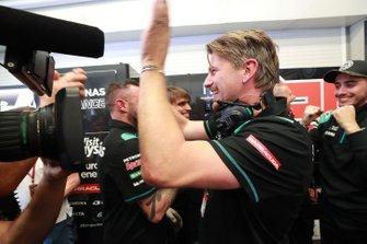 Команда Petronas Yamaha SRT празднует поул