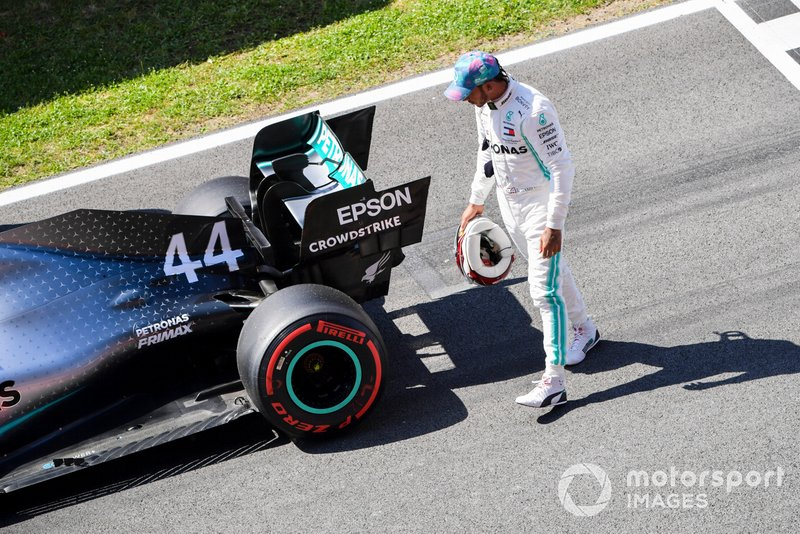Lewis Hamilton, Mercedes AMG F1 W10, inspecciona su coche después de clasificarse segundo en la parrilla