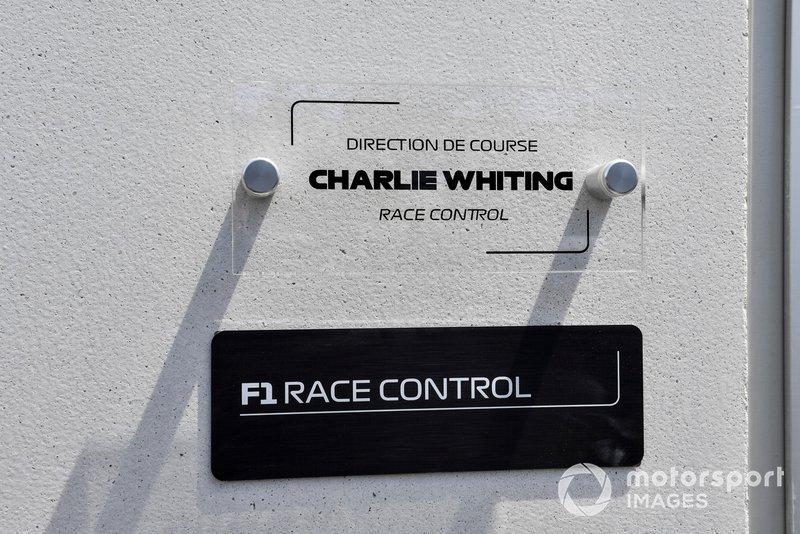 Una placa que dedica un nuevo edificio de Control de Carrera al difunto Charlie Whiting, ex Director de Carrera de la FIA
