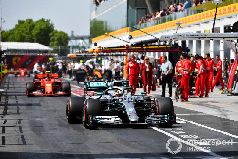 Lewis Hamilton, Mercedes AMG F1 W10 e Charles Leclerc, Ferrari SF90 transitano per la pit lane verso il parco chiuso