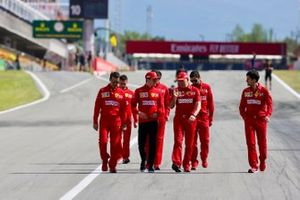 Charles Leclerc, Ferrari, camina por la pista con sus colegas, incluyendo al ingeniero de carreras Jock Clear, Ferrari