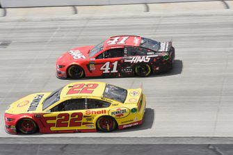 Joey Logano, Team Penske, Ford Mustang Shell Pennzoil, Daniel Suarez, Stewart-Haas Racing, Ford Mustang Haas Automation