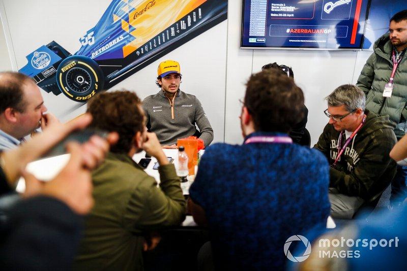 Carlos Sainz Jr., McLaren, atiende a los medios