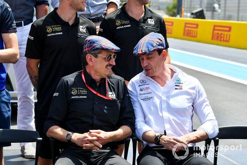 Guenther Steiner, Director, Haas F1, y Toto Wolff, Director Ejecutivo (Negocios), Mercedes AMG, se unen a los pilotos y otros en el uso de gorras planas para celebrar el reciente cumpleaños de Sir Jackie Stewart, 3 veces Campeón de F1