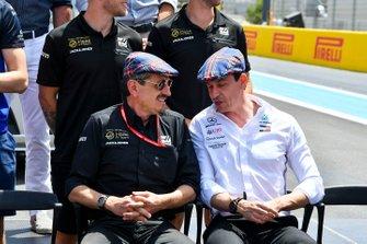Günther Steiner, Team Principal, Haas F1, et Toto Wolff, directeur exécutif de Mercedes AMG, saluent l'anniversaire de Sir Jackie Stewart