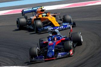 Daniil Kvyat, Toro Rosso STR14, leads Lando Norris, McLaren MCL34